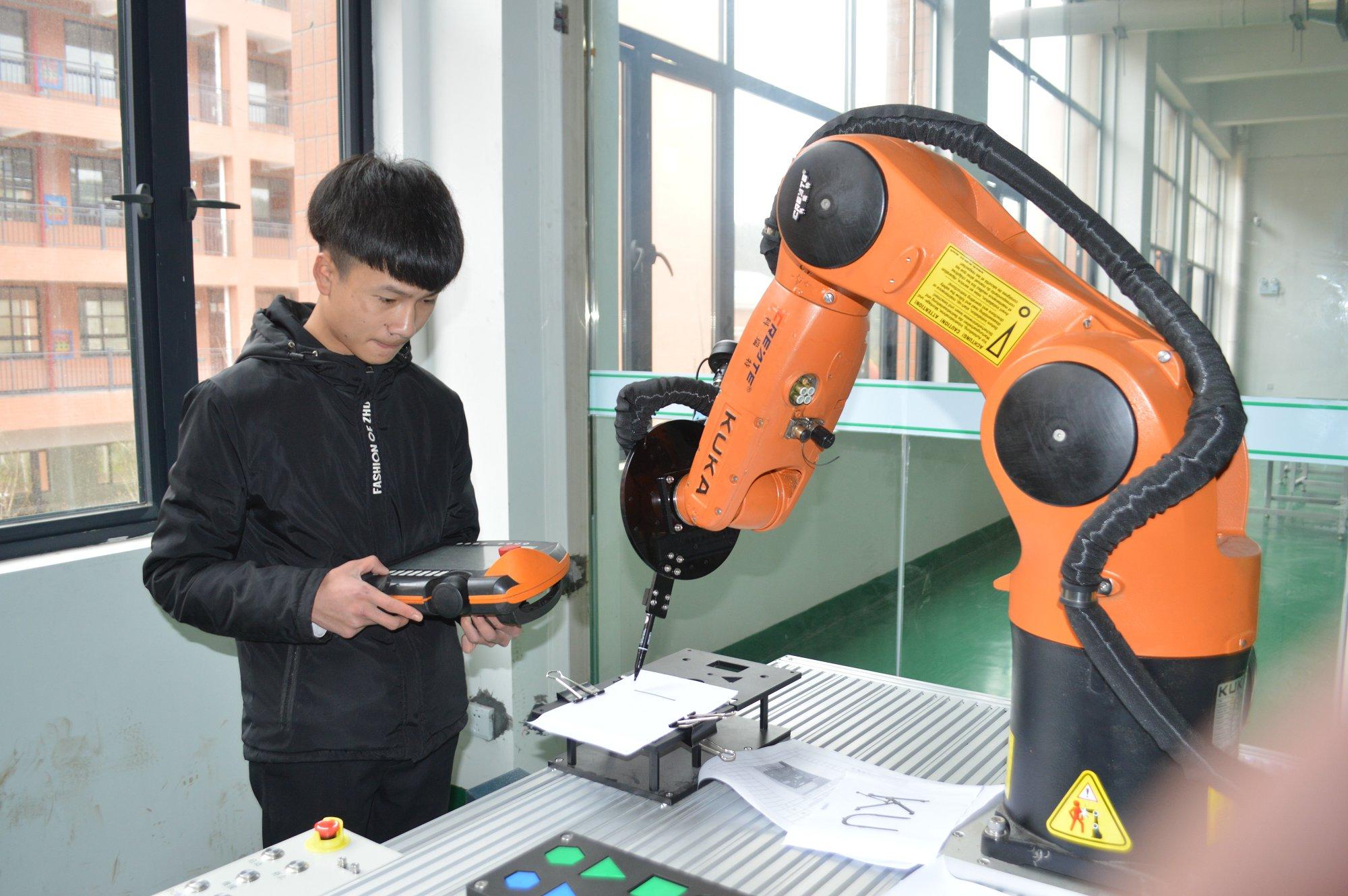 机器人专业学生实践操作
